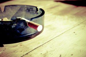 Албанец шокиран от снимка на крака си върху цигарени кутии