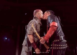 """ШУМЕН ПРОТЕСТ: Китаристите на """"Рамщайн"""" се целунаха в Москва"""