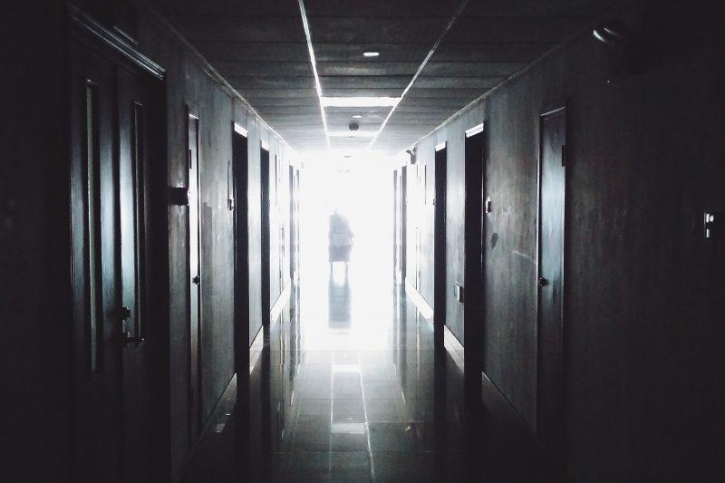 Съмнения за насилие в старчески дом: Жена е с тежки травми в болница