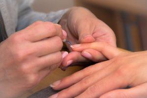 Жена се размина на косъм от смъртта след маникюр