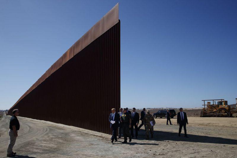 Тръмп с автограф на стената с Мексико