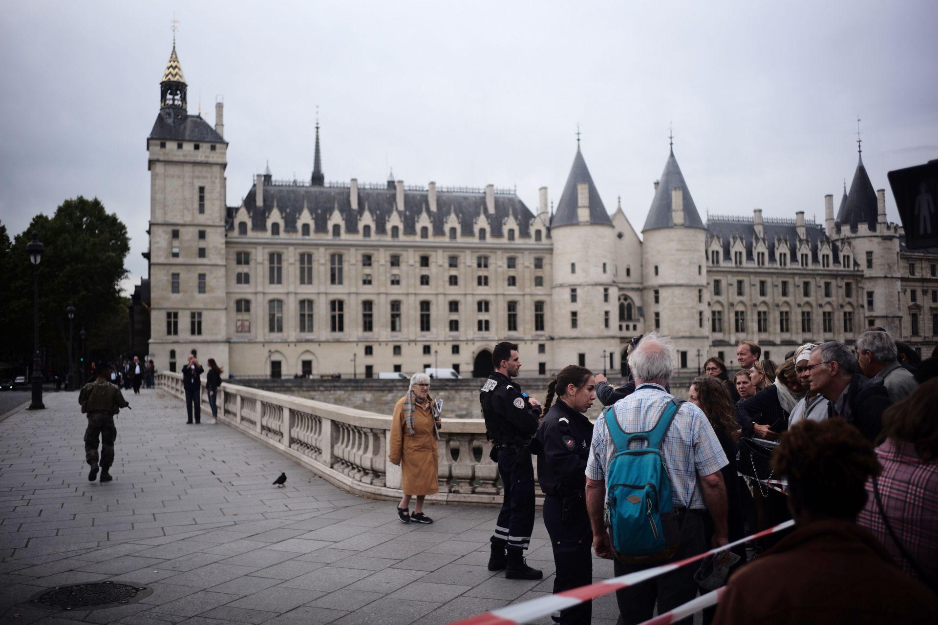 Французинът, убил четирима полицаи, може да е терорист