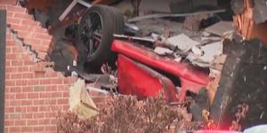 Спортна кола се заби в къща, има загинали
