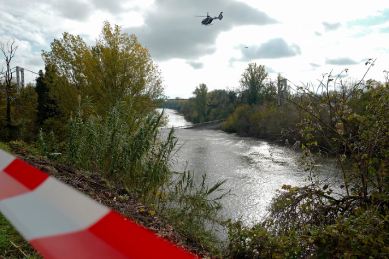 Срути се мост във Франция, почина момиче, издирват оцелели (СНИМКИ)