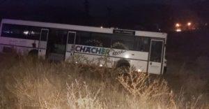 Автобус с пътници се заби в канавка край Шипка (СНИМКИ)