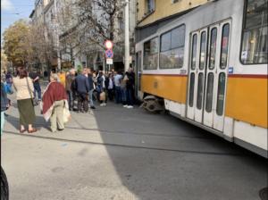 Трамвай дерайлира и блъсна жена