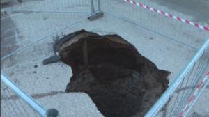 Read more about the article Превръщат в атракция дупка в паркинг във Враца