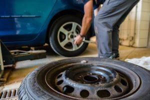 Кола се движи с гума на един метър от купето (ВИДЕО)