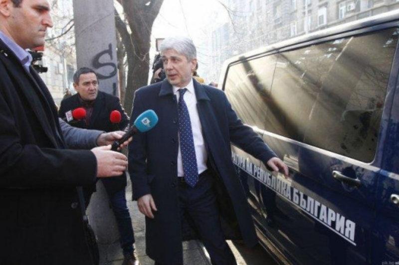 Министърът, който отрече да е задържан, преспа в килия в Трето РПУ