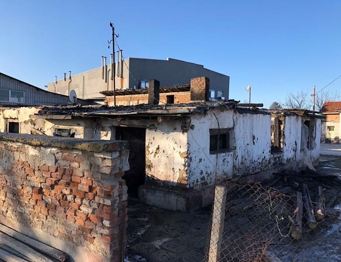 Завод е пред затваряне заради ромско семейство – превърнали входа в тоалетна