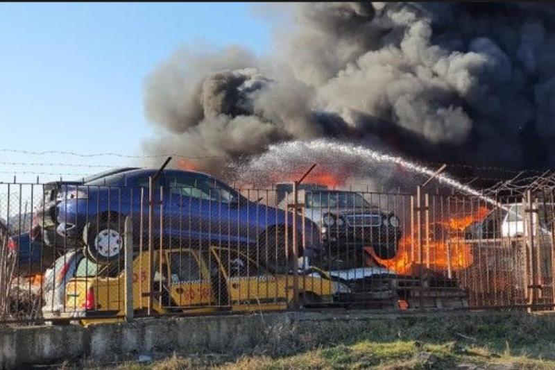 Два мощни пожара избухнаха едновременно в Хасково