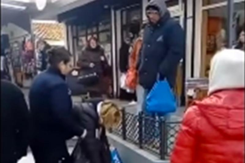 Продавачка нокаутира полицайка на пазар (ВИДЕО)