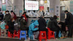 Стряскащи видеоклипове показаха падащи по улиците хора и трупове в болнични коридори в Китай (ВИДЕО)