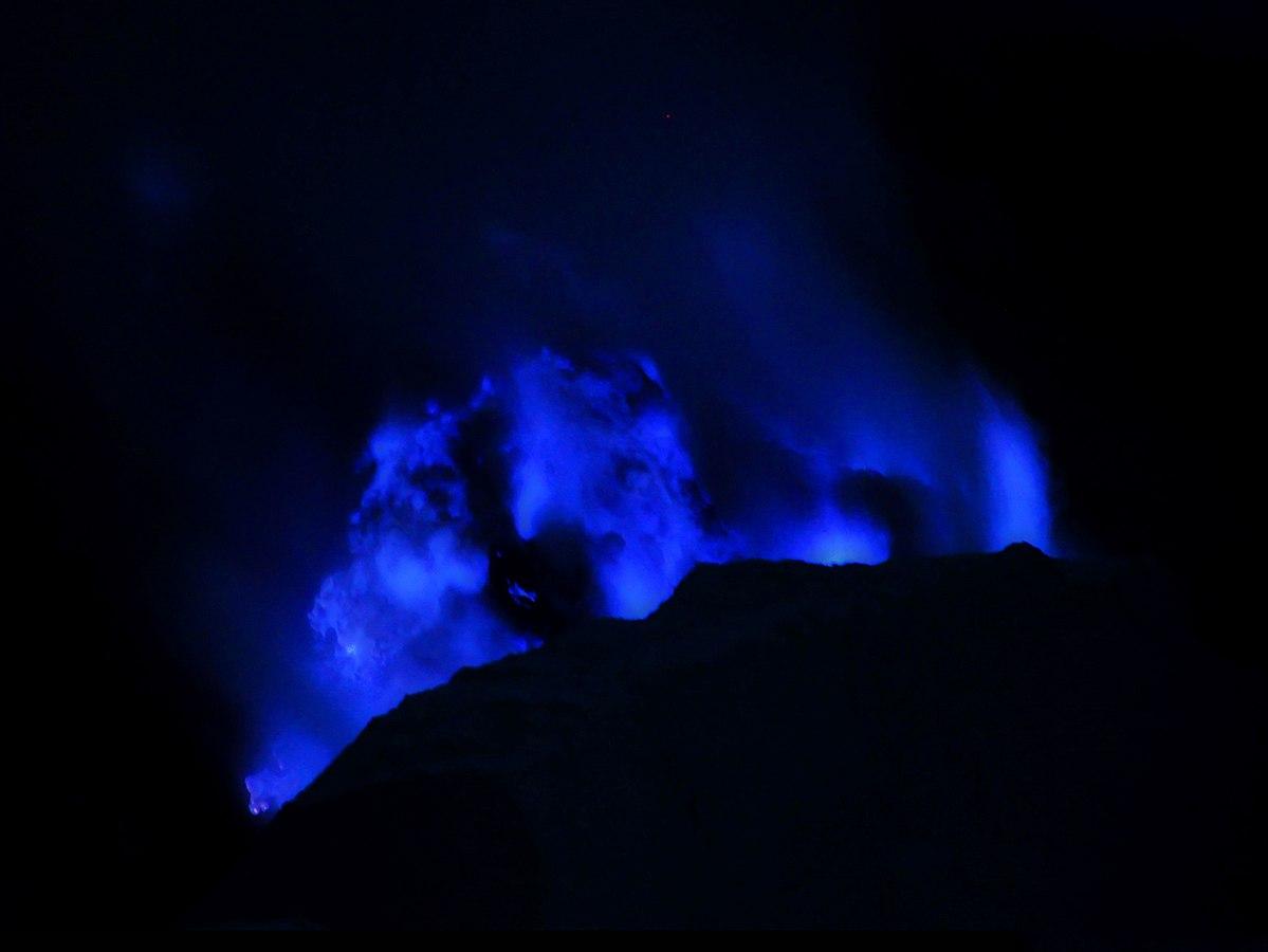ЧУДО НА ПРИРОДАТА: Вулкан бълва синя лава (ВИДЕО)