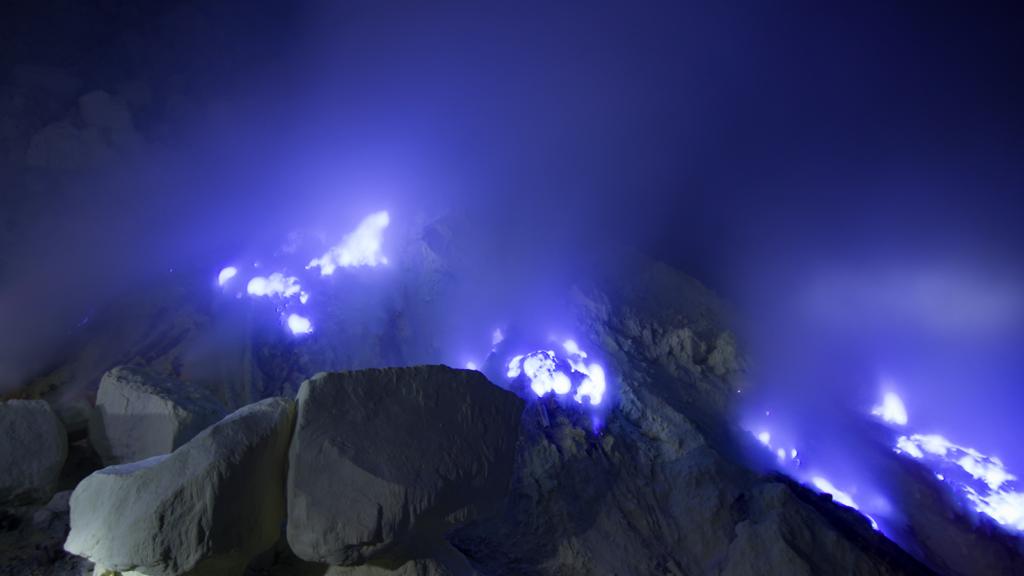 вулкан, синя лава