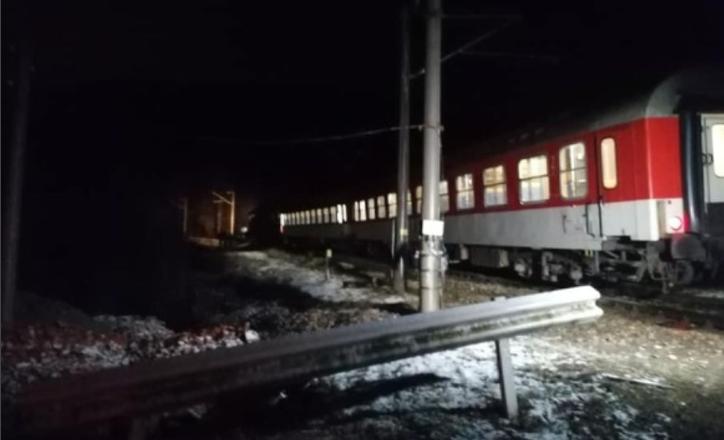 Влак блъсна неподвижна кола на прелез, една жена загина