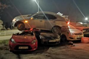 """Кола """"прелетя"""" и кацна върху три други автомобила във Варна (СНИМКИ)"""