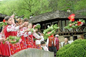 Цветница е! Момите отново са в центъра на празника – най-хубавите български традиции