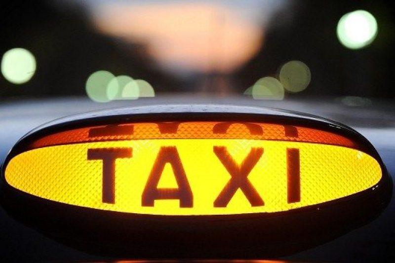 Шофьор на такси почина след като болен от COVID-19 го наплюл