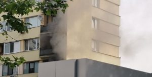 """Гори блок в столичния квартал """"Изток"""", не могат да се свържат с пожарна (СНИМКИ)"""