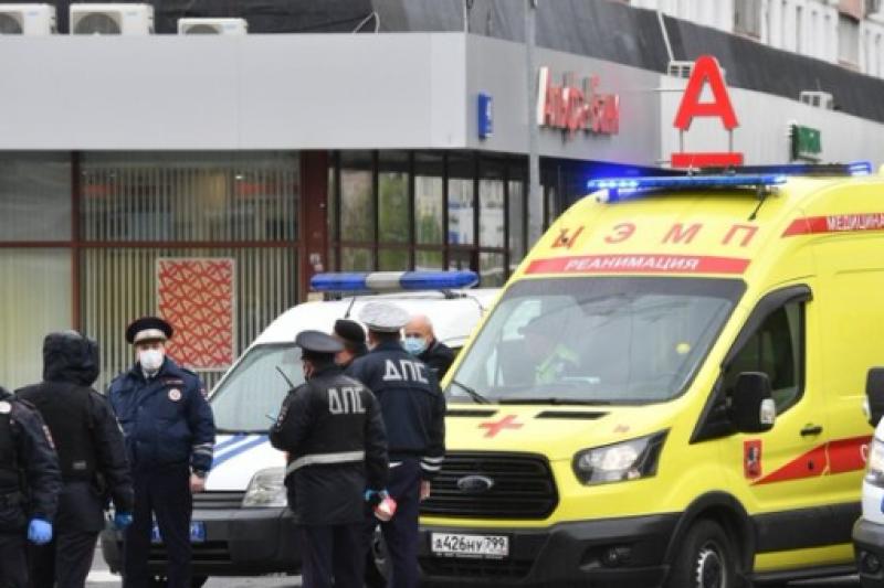 Мъж заплаши да взриви банка в Москва, взе заложници (ВИДЕО)