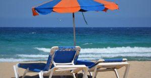 Безплатни шезлонги и чадъри на морето и маси на 1,5 метра разстояние в заведенията