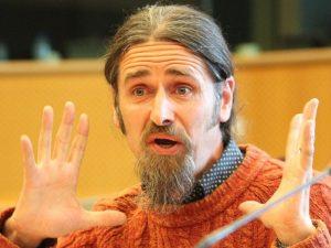 Евродепутат се включи по гащи на живо в ЕП (ВИДЕО)
