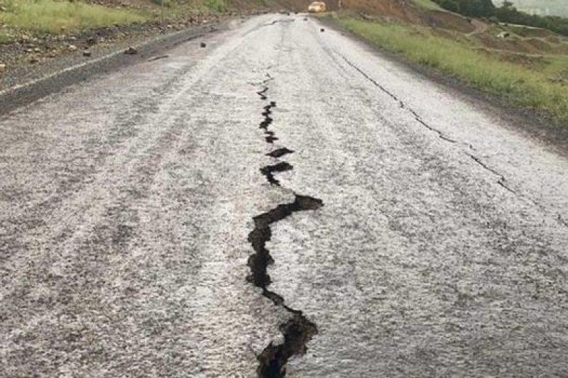 Огромни дупки се отвориха в Петриня, ново мощно земетресение удари района (ВИДЕО)