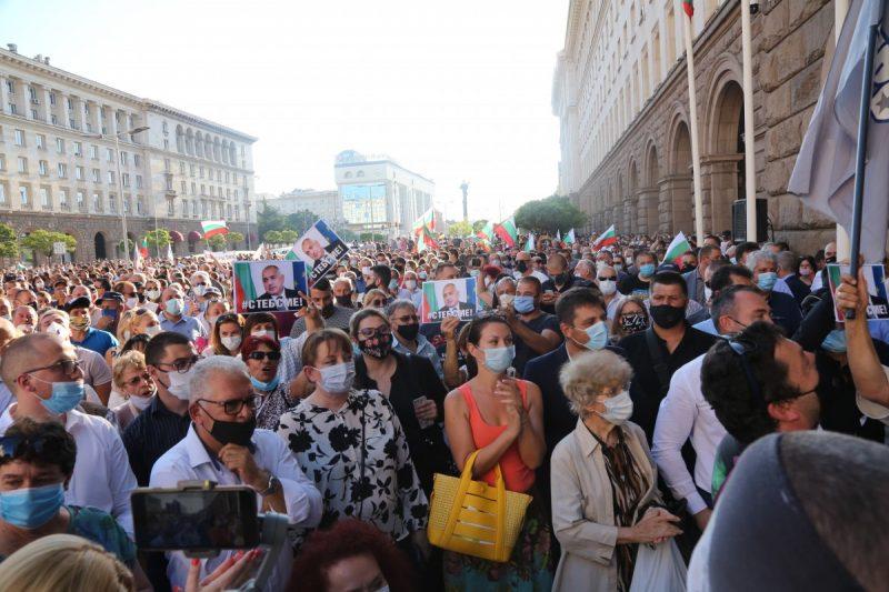 Напрежение на огромните протести в столицата след като Борисов слезе от МС (НА ЖИВО)
