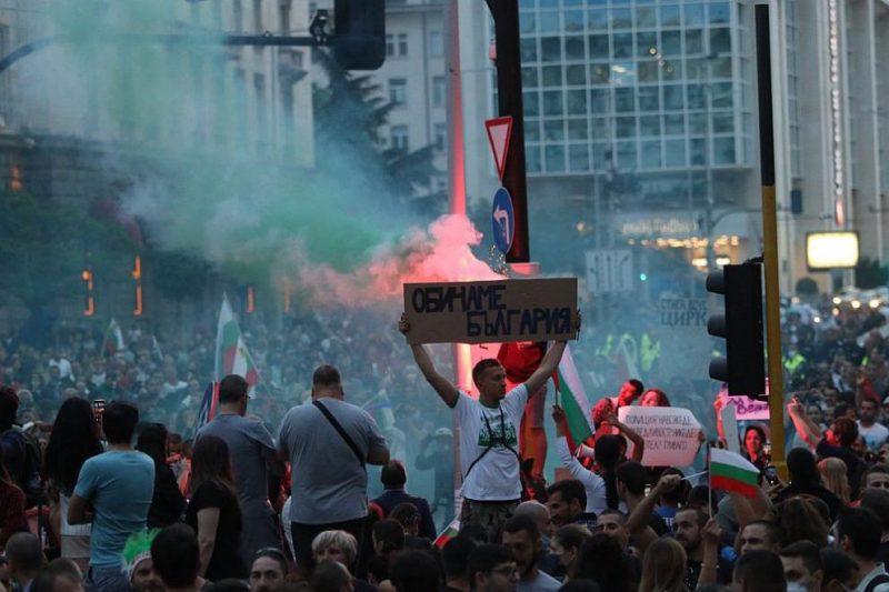 ШЕСТИЯТ ПРОТЕСТ: Провокатори хвърляха бомби пред парламента, нападнаха полицаи (СНИМКИ)
