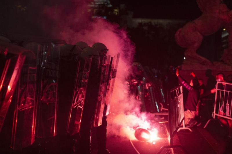Бой с камъни и нов щурм на арламента в Белград (ВИДЕО)