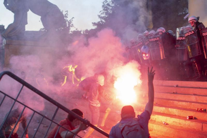 Масови протести заради COVID мерките в Сърбия, полицията използва сълзотворен газ (ВИДЕО)