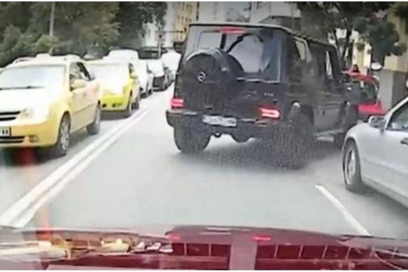 Погват шофьора на Г-класа, който умишлено помля кола с момиче на кръстовище в София