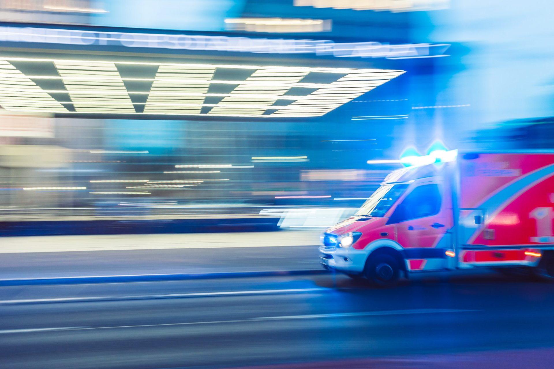 """Шофьор на кола се заби в ТИР на АМ """"Струма"""", откараха го в болница"""