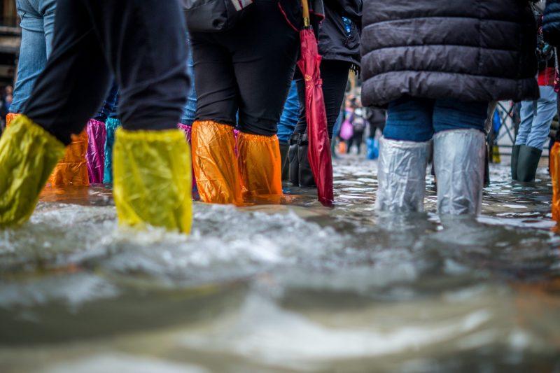 Млад мъж загина в колата си при невиждано наводнение в Солун (ВИДЕО)