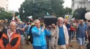 28-ИЯТ ПРОТЕСТ: Изнесоха ковчег на площада