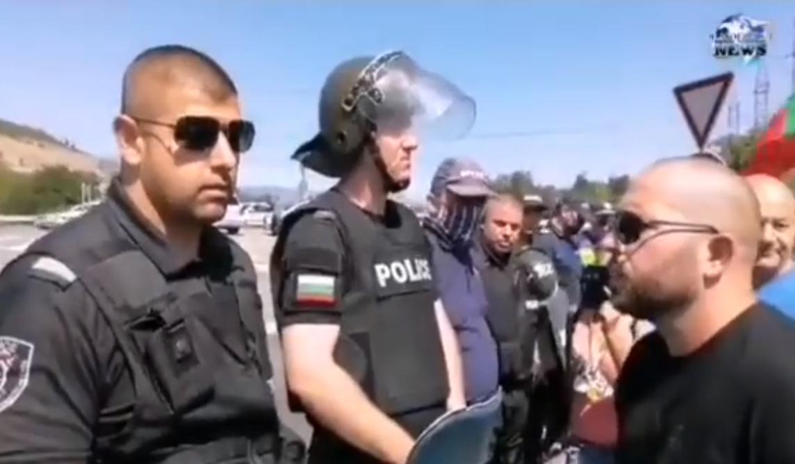 """Протестиращ се оплака от агресия и насилие от полицай, който го заплашил с думите: """"Ще си имаш адски много проблеми"""" (ВИДЕО)"""