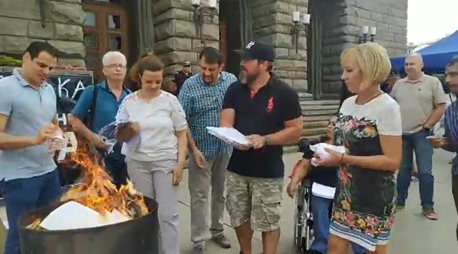 Манолова с протест и срещу ЦИК – изгори протоколи от кметските избори, които загуби (ВИДЕО)