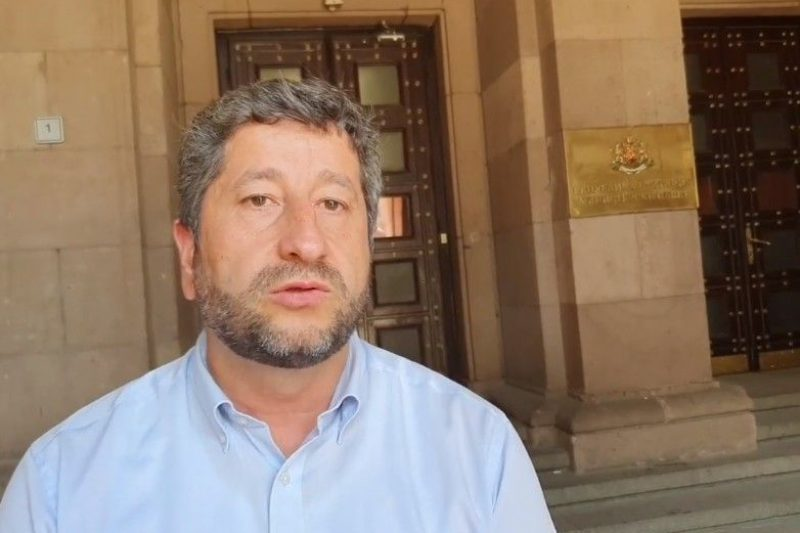 Разпитват Христо Иванов заради червена боя по Съдебната палата