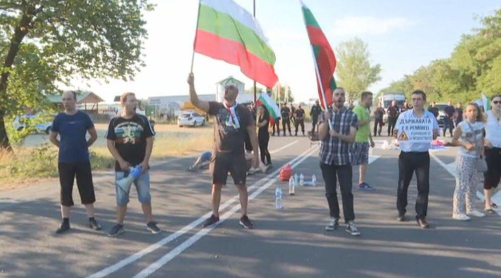 """Опитали да запалят палатките на """"Орлов мост"""", напрежение и на АМ """"Тракия"""""""