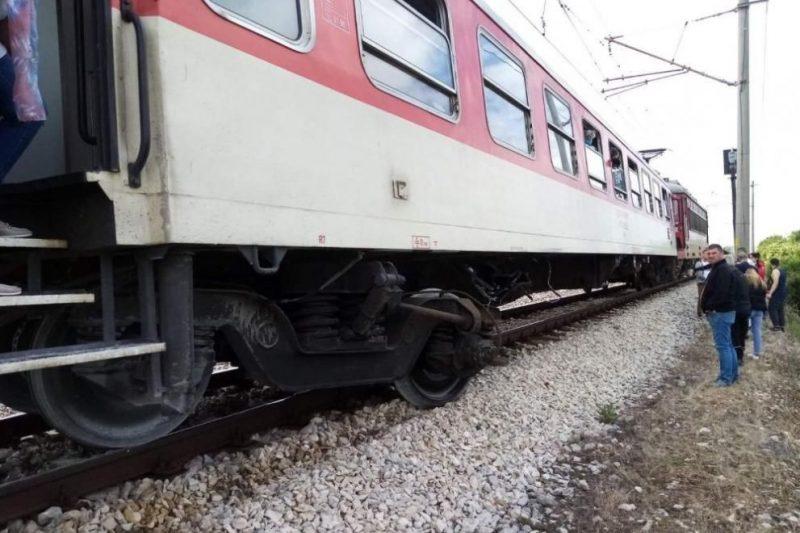 Шофьорка опита да премине през жп прелез със спуснати бариери, в тежко състояние е след като я блъсна блак