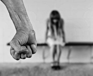 """""""Ще те гръмна с помпа в гърдите"""": Арестуваха мъж пребил и заплашил жена и дете"""