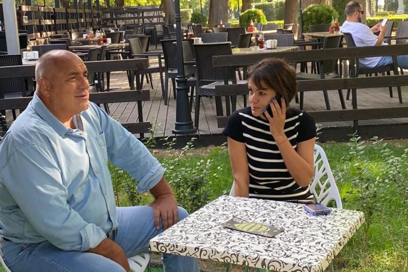 """Слави Трифонов изгони координаторка на """"Има такъв народ"""" след като се качи в джипа на Борисов"""