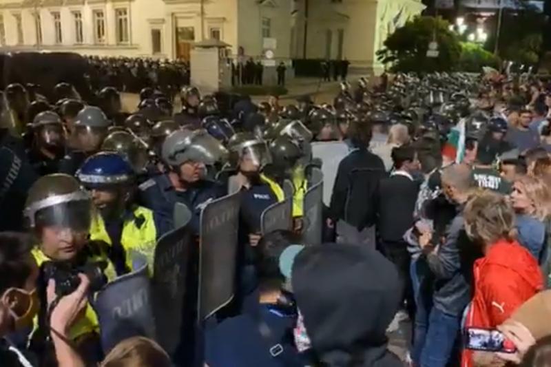 """Напрежение и сблъсъци с полицията на """"Велико народно въстание"""" III (ВИДЕО)"""