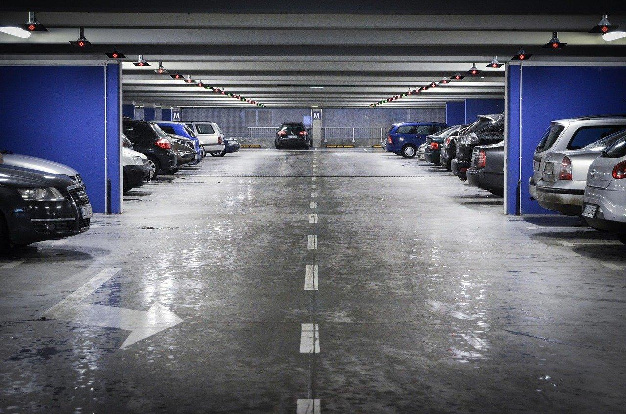 Клиенти на столичен мол останаха блокирани с часове в колите си на паркинга (ВИДЕО)