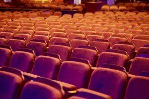 Снимки на Борисов и Мутафчийски изпълниха празните седалки на театър в Плевен