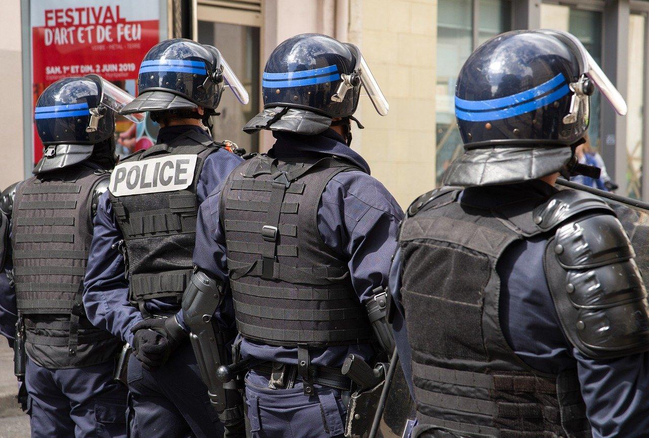И четирима ученици са задържани за убийството на учител край Париж