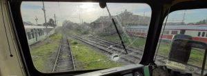 Пореден обстрел с камъни срещу влак – ранен е машинист (СНИМКИ)
