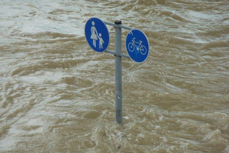 Порои на остров Крит: Кални реки повлякоха коли в морето, къщи са под вода (ВИДЕО)