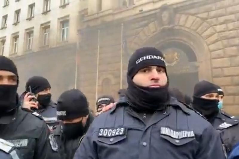 Два протеста в деня на големите мерки – стигна се до напрежение пред МС (ВИДЕО)